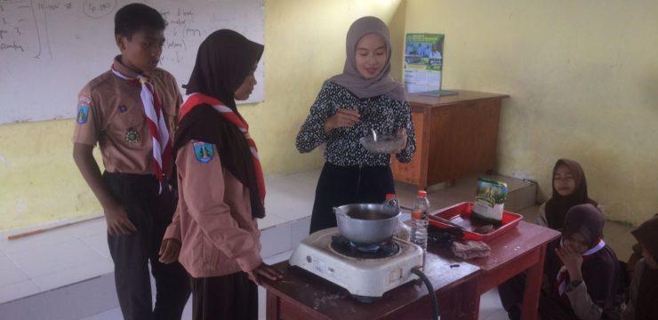 Aplikasikan Hasil Skripsi,Alumni Fakultas Perikanan dan Kelautan UNAIR Beri Pelatihan Membuat Manisan Rumput Laut Di SMK Nasyrul Ulum Aeng Dake